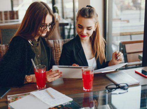 mujeres-empresarias-sentadas-cafe_1157-15014